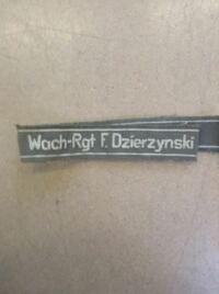ドイツの軍服についてです。これってなんて書いてあるのですか?それと、何ドイツで使われていたのかも教えて下さい。