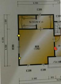 ベッドの位置について。 来週、シングルベッドが2つ届きます。  配置に悩んでいるのですが、皆様ならどうやって置きますか?  黄色の星がコンセントの位置、ハートがテレビのアンテナ?付きのコンセントです。  方角は写真上が北です。  ベッドを置くのに邪魔な家具はありません。