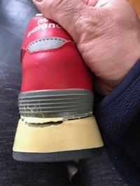 1月9日ヤフオクでニューバランスのスニーカーを落札しました。 商品説明 状態 ・未使用ですがアウトソールに黄ばみがあります。 劣化、加水分解などはありません。 ・インソールは劣化の為、出品時にとても似てる形の物に変更しております。 ・レザーにはスレも無くとても良い状態です。とありました。 先日初めて履きました。20分くらい歩いていると、変な音がするので、靴を見たら・何と靴底が剥が...