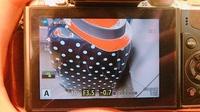 オリンパス ミラーレス一眼 OM-D E-M10 について質問です。 カメラ初心者です。 オークションで購入したばかりなのですが 画面がこのような感じで赤や青色になります。 故障ですか??