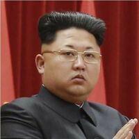 金正恩の髪型は、金正日もしくは処刑された叔父の髪型を意識しているという説と、 北朝鮮ではあの髪型が流行の最先端で、北朝鮮のイケメンはみんな、あの髪型をしているという説のふたパターンありますがどっちが...
