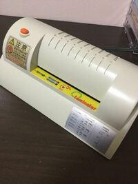 トレカを作りたくて厚紙と印刷した紙を挟んでラミネートしたいのですが、このラミネート機で厚紙をラミネートすることは可能ですか?古いやつなのでよく分からなくて… ちなみに厚紙は0.58mmで、挟みたいものを全...