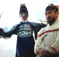 韓国ドラマ 『仮面の王 イ・ソン』 第4回で、  偽のセジャになり変わって「ハン・ギュホ(ソユン)」を打ち首にした俳優さんの、お名前がわかる方いらしたら、お願いします!  ちょっぴ りパクユチョンっぽいですが目元が違うのと…出演作品一覧には無いので違うかな?と思ってます。