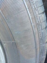自動車のタイヤ側面の擦った箇所が茶色になっているのを消す方法は? 水洗いしても落ちません。 よろしくお願いたします。