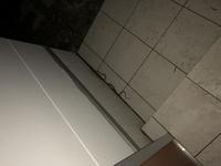 ヘビの種類を教えて下さい。 玄関を開けたら小さいヘビがいました、上の銀色の所から壁に入っていきました。 これは毒ヘビですか?画像が悪いですけど分かれば教えて下さい。