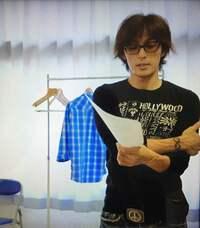 この画像で稲葉浩志さんが着用してるサングラス、ベルト、ジーンズは何処のブランドですか?