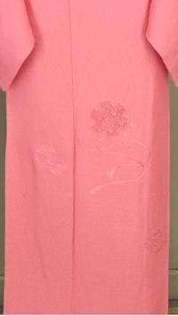 着物について質問です。一つ紋の色無地と、ドロンワーク刺繍の入った一つ紋色無地付下げ(写真)では、どちらが格上でしょうか? 着物の格について知識のある方にご回答をお願い致します。 写真 は前の裾の方だけ...