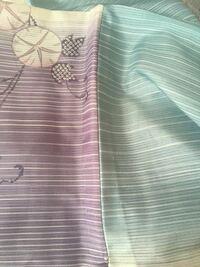 絽の着物のしつけ糸、どこまで取るべきでしょうか? 写真は肩の部分(袖が縫い付けられている部分)ですが、 どこまで取るべきかわからず困っております。  調べたら大小しつけなるものは取り、 飾りしつけは取らないということでしたが、  写真は飾りしつけにしては目立つしどうなのかますますわからずです。   ・写真について ・着物全体で取る糸、取らない糸の見分け方  詳しい方、教えて頂けると助かります...