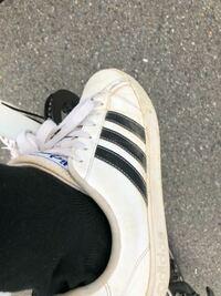 明日始めてアート引越センターでのバイトなのですが履いていく靴が白のスニーカーとなっています。僕が持っている白のスニーカーはこれしかないのですが大丈夫でしょうか?