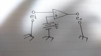 回路図の記号の意味に関して質問です。 画像の回路図のE、4本線の記号は何を表しているのでしょうか? またこの回路は、入力電圧をどのように出力変化させますか?  不親切なテキストか無 知な私が買っては...