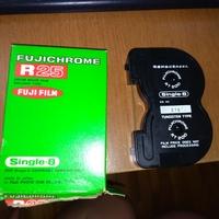 ケンコー8mmフィルムコンバーターでRT200のフィルムは変換できる?  ケンコーのKFS-888Vで昔のフィルムを変換していたのですが、ひとつだけ形状の違うフィルムがあります。  リールではなく 、カートリッジ式のようですが、写真のフィルムはコンバーターで変換出来るでしょうか?もし出来るなら、どのように取り付ければいいか教えて頂けませんでしょうか。  よろしくお願いします。