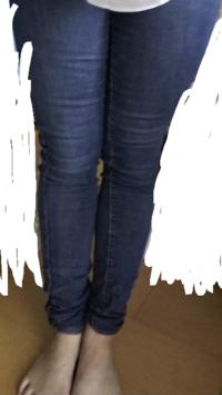 足が太いです。汚い画像失礼します。 スキニージーンズを履いたのですが 足の太さが強調されました。 三年前までソフトボール部に 所属していましたが卒業してから 文化部になってしまい放置していたら こんなに...