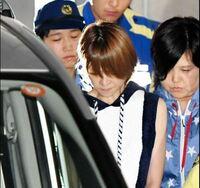 吉澤ひとみが飲酒ひき逃げで逮捕されたけど、隣にいるファンキーな服を着たおばさんは誰ですか? 星柄のスウェットみたいなの。 警察の人?