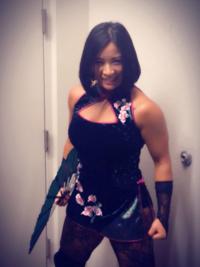 下の写真の、WWEの中国ギミックの女子レスラーですが、「XIA LI」と言うリングネームみたいですが、日本語で何と読んだら良いのですか?