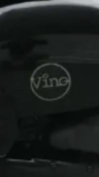原付バイクのヤマハビーノについて、質問致します。 バイクの両サイドカウルについている「Vino」のロゴというかエンブレムなのですが一般的には立体感のある筆記体だと思うのですが、ステッカ ーか印刷かは不明ですが円の中にVinoとあります。 色々と調べてみましたが20thアニバーサリーや特別仕様にはヒットしません。 どなたか情報等ありましたら、よろしくお願いします。