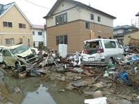 東日本大震災時のメディアの報道と津波で打ち捨てられた自動車のガソリンを抜き取る写真について質問です。 2011年3月11日に起きた東日本大震災のメディアの報道で、被災者が津波で打ち捨てられた自動車のガソリ...