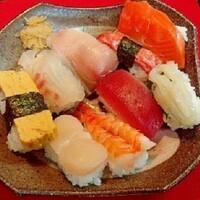 好きな寿司ネタは何ですか? えんがわですね。脂がなんとも言えず甘くて美味しい。できればお造りで食べたいですね。後はいかげそ、焼きあなご、ウニです