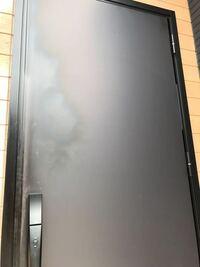 玄関ドアに染みのような、油がついたようなあとができました。心当たりがあるとしたら、蜘蛛の巣があったので、クモ除去スプレーを噴射したときにマットに塗装した塗料が剥げてしまって、テカリが出てきてしまっ...