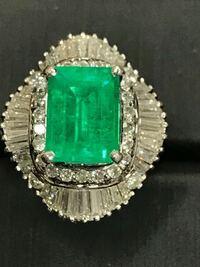 宝石について詳しい方に質問です。 この写真のエメラルドリングなのですが、脇石のダイヤモンドのカラット刻印に疑問があり、質問させていただきます。  リング内側の刻印には「D.205」とあるので、単純に考えると0.205Ctなのかと思いますが、長方形の脇石も判別器(ダイヤモンドセレクター)でダイヤの判定が出ました。小粒ダイヤのみであれば0.205Ctも納得できるのですが、長方形の脇石もダイヤなの...