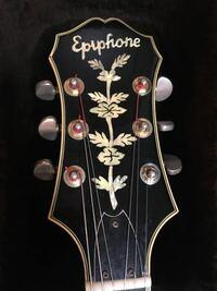 エピフォンの生産国とロゴについて。 昔のエピフォンのギターにはロゴが違うものがあると思うのですが、そのロゴのギターは日本製なのでしょうか? 写真のロゴです。 よろしくお願い致します。