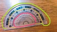 分度器って、ピンク・黄色・緑 どこの数字を見ればいいんですか? 分度器の使い方がいまいち分かりません…