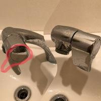 トイレの手洗いの水栓なのですが、素人で用語が分からず、説明が下手ですみません。  水を出したり止めたりするハンドル部分の角度がどんどん下がっていき、今では真下を向いてしまいました。 水を止めているときは水漏れはありませんが、水を出すとハンドルの付け根辺りから水が漏れています。  元々は写真の赤線のような角度だったものが少しずつ下がって今は真下を向いています。  この手洗いのカウン...