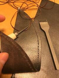 レザークラフトについて質問です。菱目打ちで跡をつけてからコルク版の上で菱ギリで穴を開けています。菱ギリはクラフト社の物を使用しています。麻の蝋引き糸を使っているのですが、全然糸が通りません。どうするべ きなのでしょうか?
