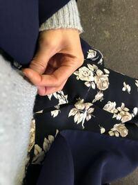 大学2年女子です! 至急、回答お願いします!  分かりにくいかと、思うのですが、最高気温が18度の今日に、この画像の服装はどうでしょうか??  下は冬のスカートで上のセーターも冬のものです。  それに秋のア...