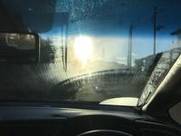 車のフロントガラスが白くなり前が見えなくなります。 結露したフロントガラスをワイパーすると白いモヤみたいになり、太陽光を浴びると反射して前が全く見えなくなります。 内側を拭いても、 エアコンを入れて...