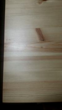 パイン材ラッカー塗装の家具はどのくらい変色するのでしょうか? パイン材のダイニングテーブルと、食器棚を1年程前に購入しました。 テーブルはラッカー塗装、食器棚の塗装は分かりませんがテーブルより艶があり...
