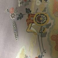 帯留めの使用季節と合わせ方について。 画像の帯留め(波紋?)と名古屋帯はこの季節合わせられますでしょうか。また、着物は何を着るのが良いでしょうか。 関係あるかわかりませんが帯留の素材 は真鍮とガラスです。 手持ちの着物は訪問着か一つ紋の色無地か小紋を持っています。帯は画像のものよりカジュアルなものを多く持っています。  帯留めを下さった方と初詣で会うので、折角なのでつけていきたいと...