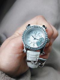 腕時計についての質問です 兄からプレゼントで貰いました大事な時計です この腕時計の修理代っていくらくらいかかりますか? 多分電池が切れただけだと思うんですけど…( ´ㅁ` ;) あとは腕時計を何処に修理に出せ...