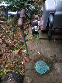井戸用ポンプのそばに有る画像右下のバルブはどの様なものでしょうか? 詳しい方よろしくお願いします。  ポンプのそばに有るのでポンプの元栓でしょうか? 井戸ポンプの蛇口は画像の左の一つです。  他に野...