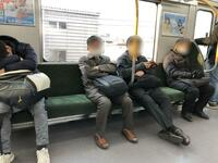 この座席の中央の柱(手すり)は非常にじゃまじゃないですか?男3人座ると窮屈極まりない。目的はいやがらせ?この手の電車が来たら損したと思う。