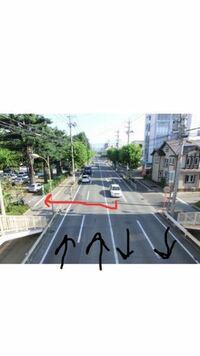 両側二車線の道路を走行中、反対車線側に面するお店や駐車場に入りたい場合は右左折をして反対車線をまたいで入ることは可能でしょうか? しばらく運転していなくて、自信がないです。  画像のような場合です。  ...