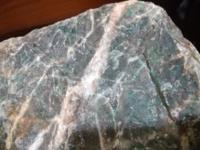 糸魚川に旅行に行った際に姫川下流で写真のような石を掘出しました。 全体的に緑色で一部は光が透過します。 17キロもあったためフォッサマグナミュージアムでは鑑定してもらえませんでした。 翡翠ではないと思いますがどなたかお分かりの方教えてください。