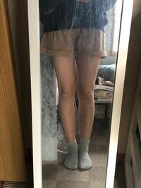 第三者からみてこの脚はどう思いますか? 最近少し痩せたかな、と思い履いてみたのですが この太さで短パンや、スカートを履けますかね、、 今まで自信がなくてあまり履けませんでした(T_T)