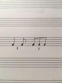 三連符のギターストロークについて。 RADWIMPSの万歳千唱みたいなリズムの三連符のストロークってどうやって弾いたらいいのでしょうか。アップとダウンをどうやって組み合わせたらいいのか分かりません。  たぶんこんな感じのリズムだと思うのですが… どなたか教えてください。
