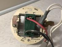 スイッチ交換についてご教示ください。  画像の照明スイッチ(片切?)をパナソニックのかってにスイッチ(WTP1811WP)に交換したいのですが、2本ある黒い線のうち1本の差し込み口に0という番号が 振ってありますが...