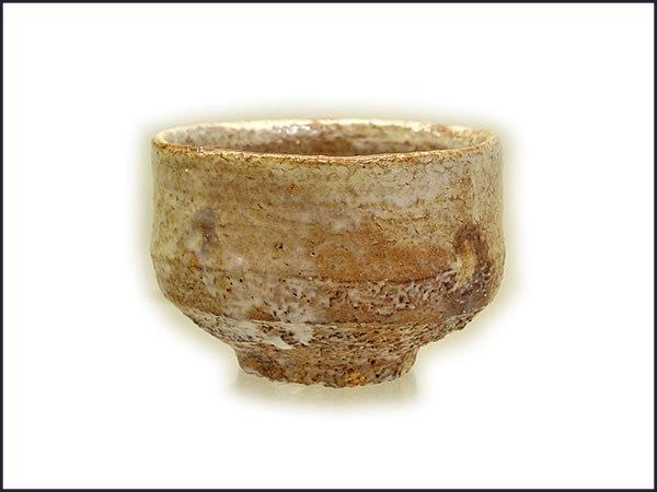 陶芸、作陶の釉薬について質問です。 現在、萩風の熊川形でお茶碗を作陶しています。素焼き後の釉薬で淡くて渋い茶陶らしい釉薬にするにはどの釉薬がよいのでしょうか? 初心者なので市販の液体で検討してい...