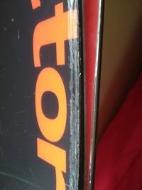 スキーの表面、トップシートの擦り傷のリペア方法を教えて下さい。板が重なった際のエッジによる擦り傷やストックで刺して削ったような傷が多数あります。トップシートの縁の角の部分はエッジの 擦り傷で細かく毛...