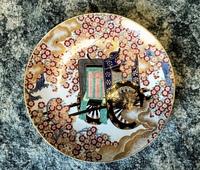 こちらの絵皿の価値が知りたいです。  祖父が大切に今に飾っておりました絵皿です。 辻一堂という方の作品で御所車という名前まではわかっております。  皿の裏には「有田 辻一堂」と書か れており、赤で「...