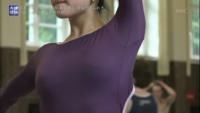 この写真は以前、バレエの大会のローザンヌで優勝した菅井円加(すがいまどか 当時17歳)さんですが、胸をよく見るとポッチがありますよね。もしかしてバレエは演技中はノーブラなんですか?もしそうなら、これは...