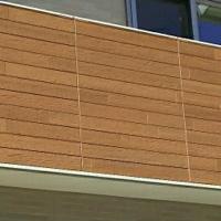 家を新築中なのですが、ベランダの木目のサイディングの目地が目立つ気ががします。 この木目のサイディングのつなぎ目部分どう思われますか? 遠目なので鮮明な画像でなくすみません。