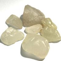 石に詳しい方、この半透明な白いの石の種類は、なんですか?