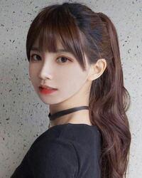 韓国の女性芸能人って、いかにも整形顔!という凄く顔の整った方が多いじゃないですか。韓国の芸能人やkpopアイドルも詳しくは知らないのですが、画像のようなめちゃくちゃ整った顔の可愛い方が凄く多い気がします。 画像の方が誰だかわからないので一般の方かもしれませんが、あくまで例として、、、  でも日本の芸能人ってこういったいかにも整形な顔の人っていなくないですか? 地下アイドルやネットで少し有名な...