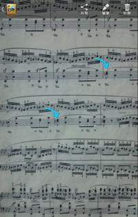 ショパンの英雄ポロネーズの楽譜ですが、演奏者の動画を見てみると矢印の部分のミのナチュラルをフラットにして演奏しています。楽譜が間違えているのでしょうか?