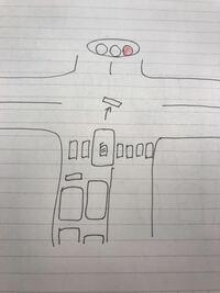 最近 運転免許を取得した初心者です。 右折待ちで先頭に続き待機していたところ、対向車が途切れず赤信号になってしまいました。先頭は交差点内では通行の妨げになるので通過できますが、自分は絵のように横断歩...