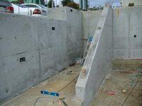 コンクリートの型枠について 画像のような傾斜でコンクリートを仕上げたい場合どのような型枠を組むのでしょうか? 傾斜の部分に蓋をするのでしょうか?それとも固めのコンクリートを流して仕 上げるのでしょうか?