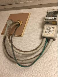 漏電遮断器 この写真の遮断器は浴槽のそとのものですが、 ガスの関係の遮断機でしょうか? 教えていただければと思います。